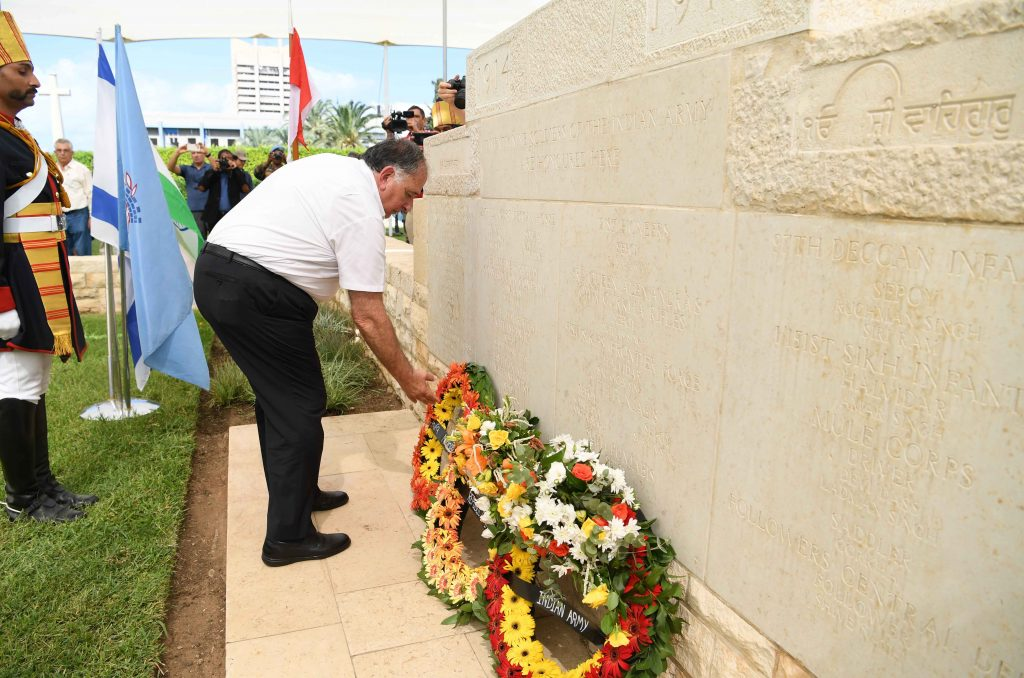 """שמר כבוד דיגל את נשקו באזכרה ל""""גיבור חיפה"""" ההודי"""