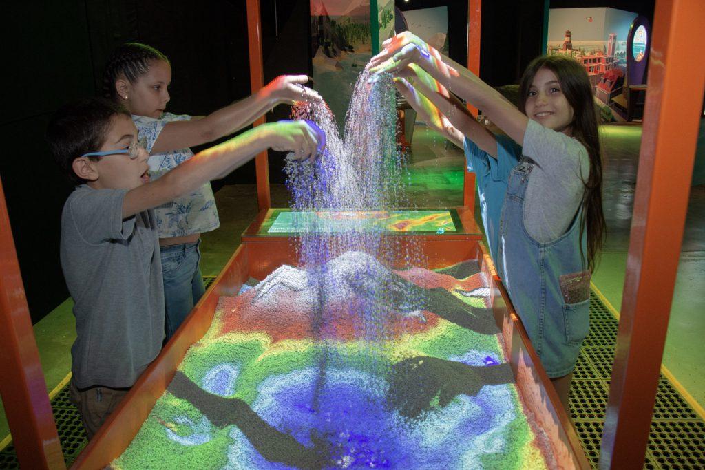 ילדים בתערוכת מאפ איט במדעטק