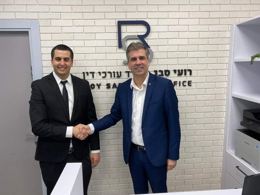 """שר הכלכלה, אלי כהן, הגיע הבוקר למשרדו של עו""""ד רועי סבג בחיפה"""