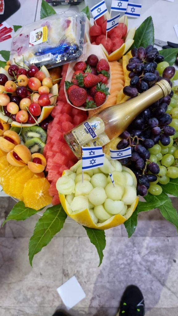 איכות מול כמות – למה לבחור סלסלות פירות לאירועים רשמיים
